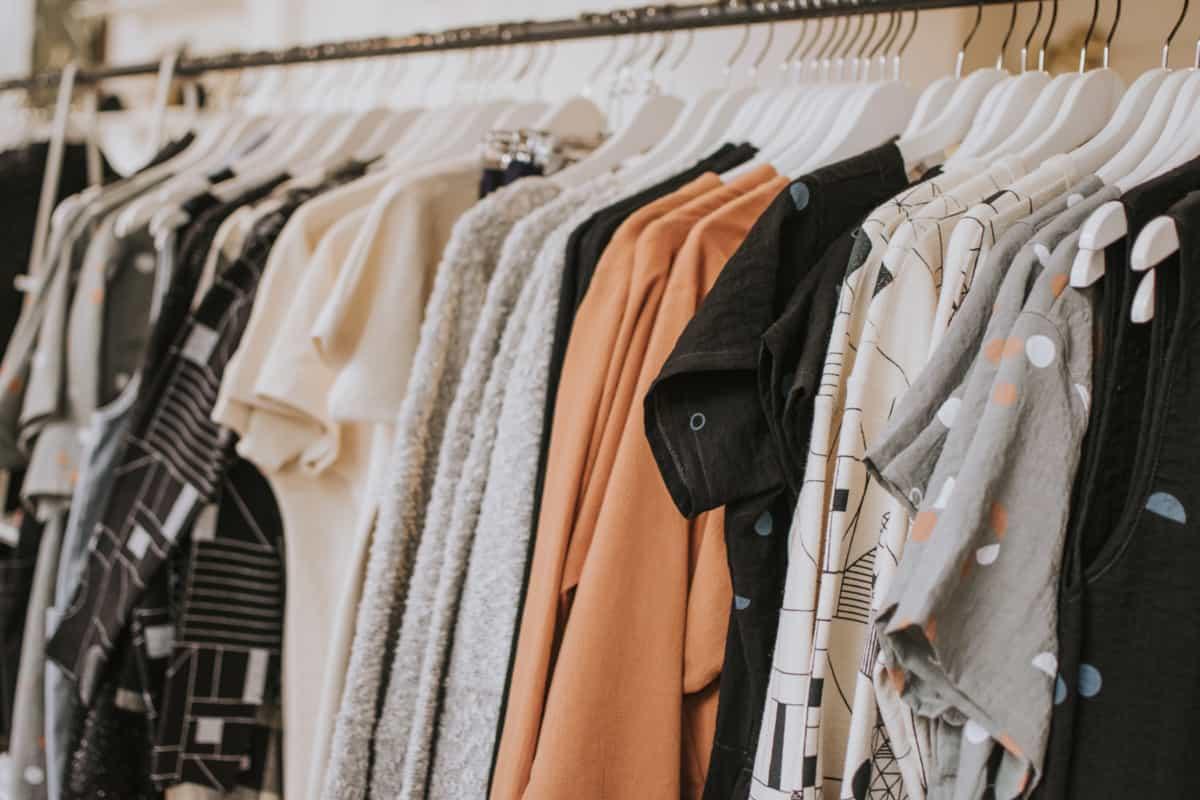 In deutschen Kleiderschränken hängen Klamotten im Überfluss / ⓒ Lauren Fleischmann on Unsplash