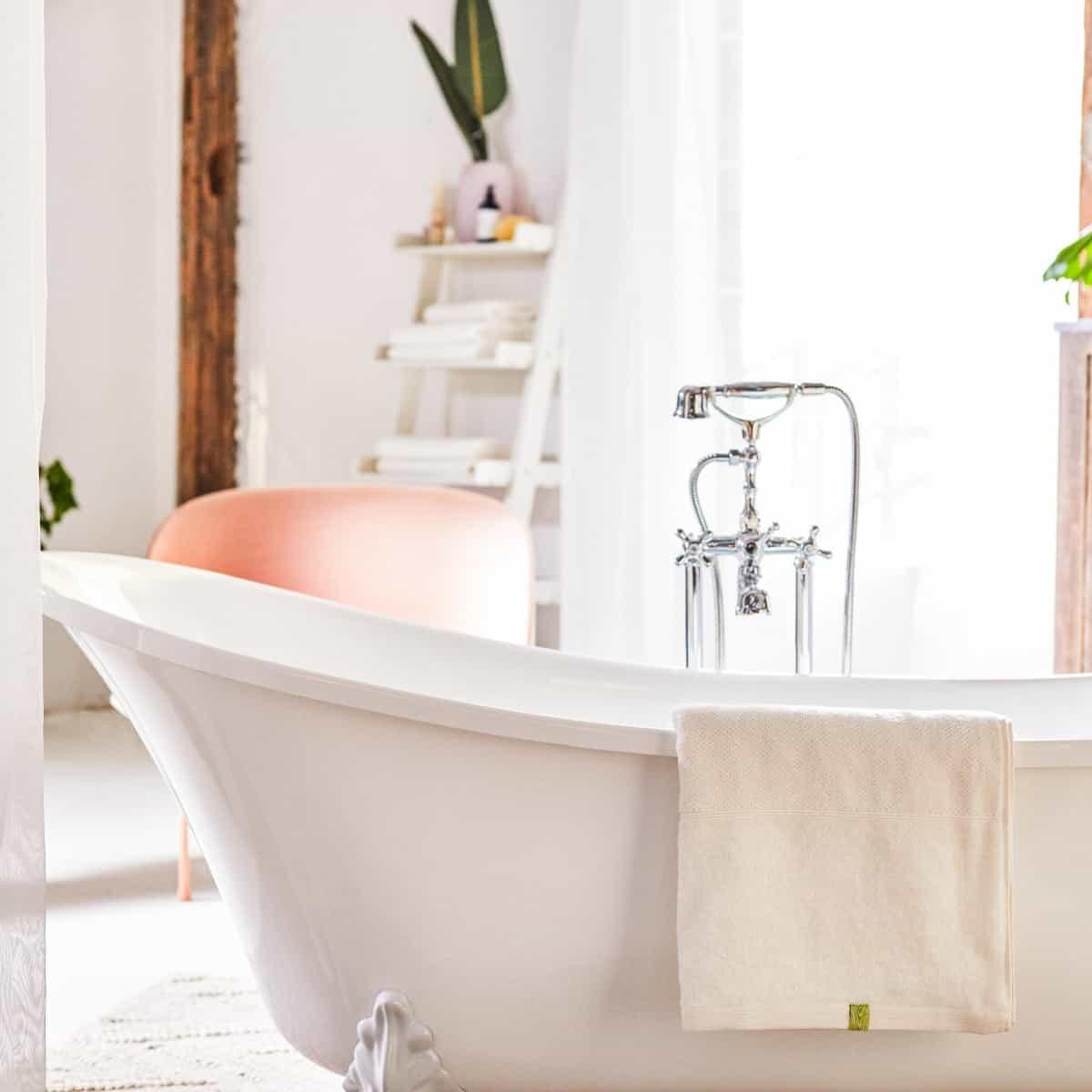 Wellness für Zuhause: Ein Bad und flauschige Kushelhandtücher / Photo: PR