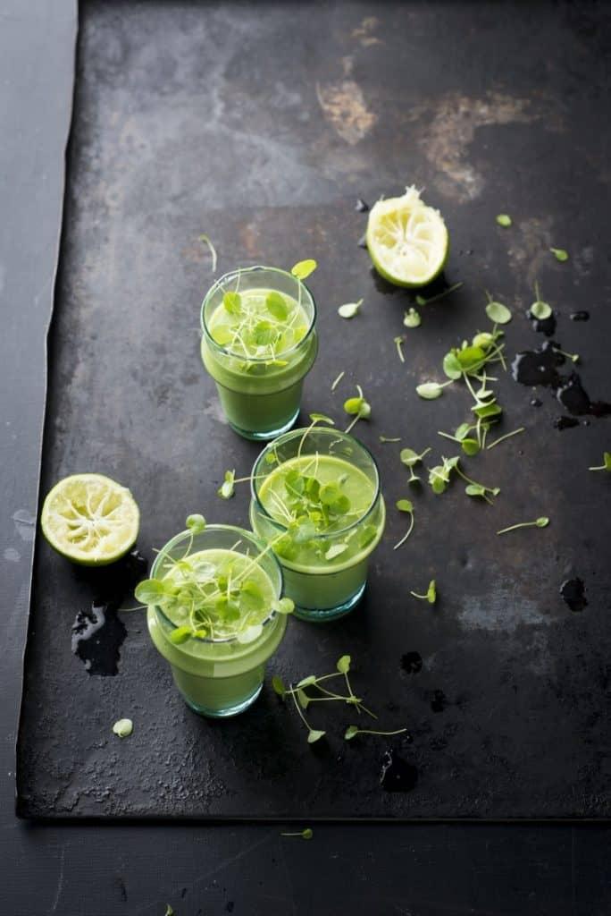 """Kresse-Smoothie mit Avocado und Apfel aus dem Kochbuch """"Microgreens – Microleaves"""" von Manuela Rüther."""