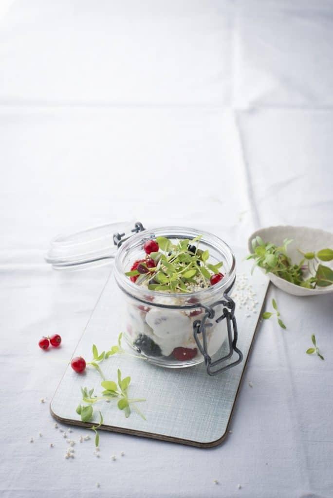 """Frühstücksquark mit Haferflocken, Beeren und Amarant-Leaves aus dem Kochbuch """"Microgreens-Microleaves"""" von Manuela Rüther."""