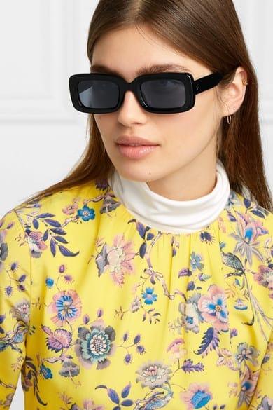 Diese Sonnenbrille von Stella McCartney strahlt echtes 90er-Jahre-Flair aus. Sie hat einen länglichen, eckigen Rahmen aus biologisch abbaubarem Azetat und steht so gut wie jeder Gesichtsform. Da das Accessoire groß ist, die Augenbrauen jedoch nicht verdeckt, empfehlen wir dazu dieses Set.