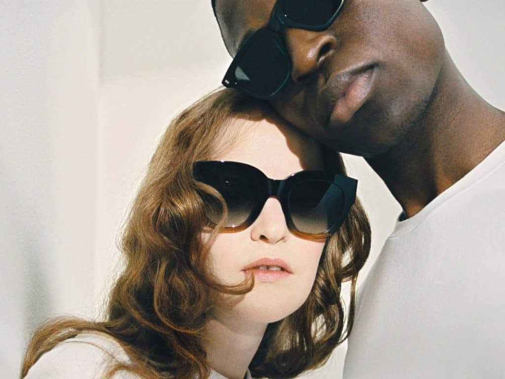 Alle Modelle der Monokel x Fillipa K Kollektion sind unisex: Das Sonnenbrillen-Modell BARSTOW gibt's um € 100,- via filippa-k.com