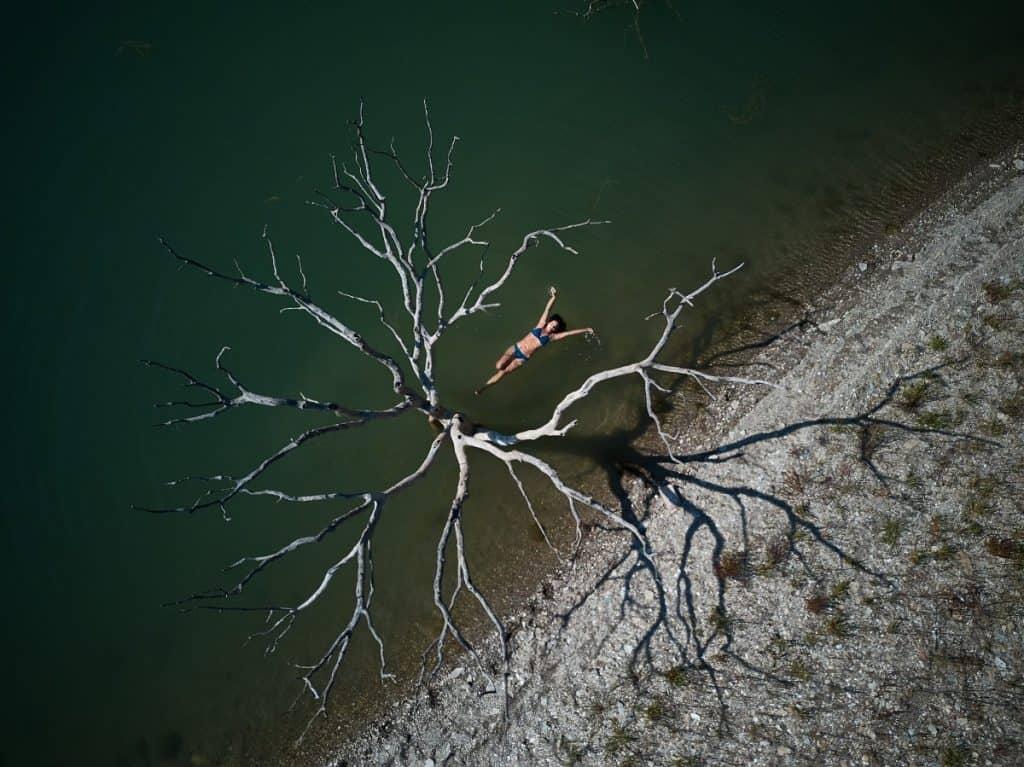 Schöner, blauer Bikini aus wiederverwerteten Fischernetzen, die aus dem Meer gefischt wurden. Erhältlich um € 44,90 via jojeco.de