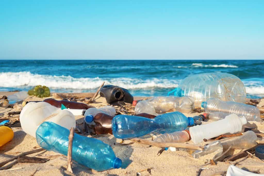 Plastikmüll am Strand ist ein großes Problem für Umwelt und Meere.