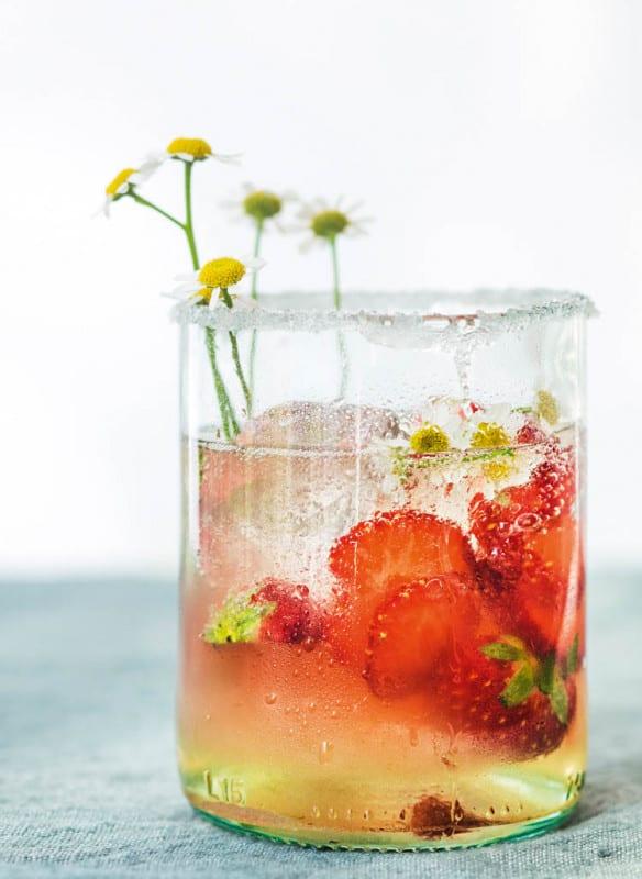 Wilde Wiesen: Für die nächste Cocktailparty: Kamillien-Erdbeer-Cocktail Photocredit: JUNI/Julia Schmidt