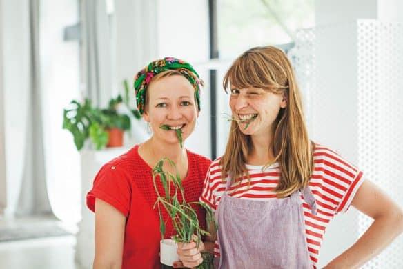 Für alle, die keinen eigenen Garten vor der Tür haben: Sandra Schumann und Julia Schmidt sammeln ihre Kräuter im Treptower Park in Berlin. Photocredit: JUNI/Julia Schmidt