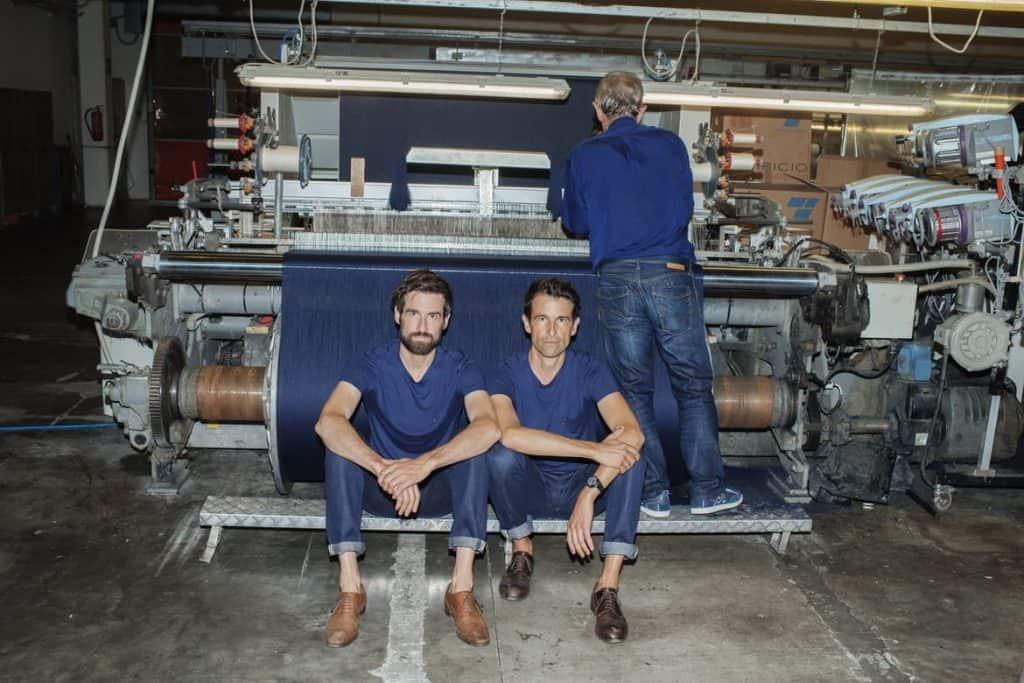 Die Gründer Markus und Daniel Freitag auf der Suche nach einem funktionalen, widerstandsfähigem Material, das sich vollständig biologisch abbauen lässt.  Photocredit: Lukas Wassmann