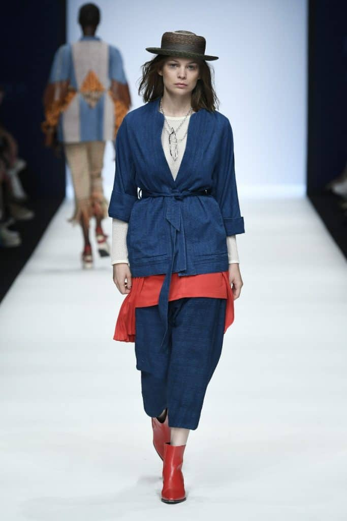 Kimono-Jacke & weite ¾-Hosen von Lanius Oberteil von Lana Rock von Graciela Huam Hut von Spatz Stiefeletten Stylist's own Neonyt Runway-Show/Berlin Fashion Week Sping/Summer 2020. Photocredit: Stefan Knauer/Getty Images for Neonyt.