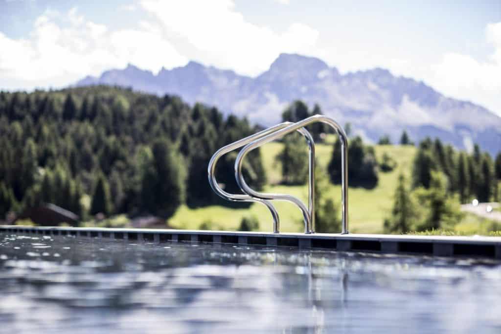 Im beheizten Infinity-Pool hat man das Gefühl, als würde man in die Berge hineinschwimmen.