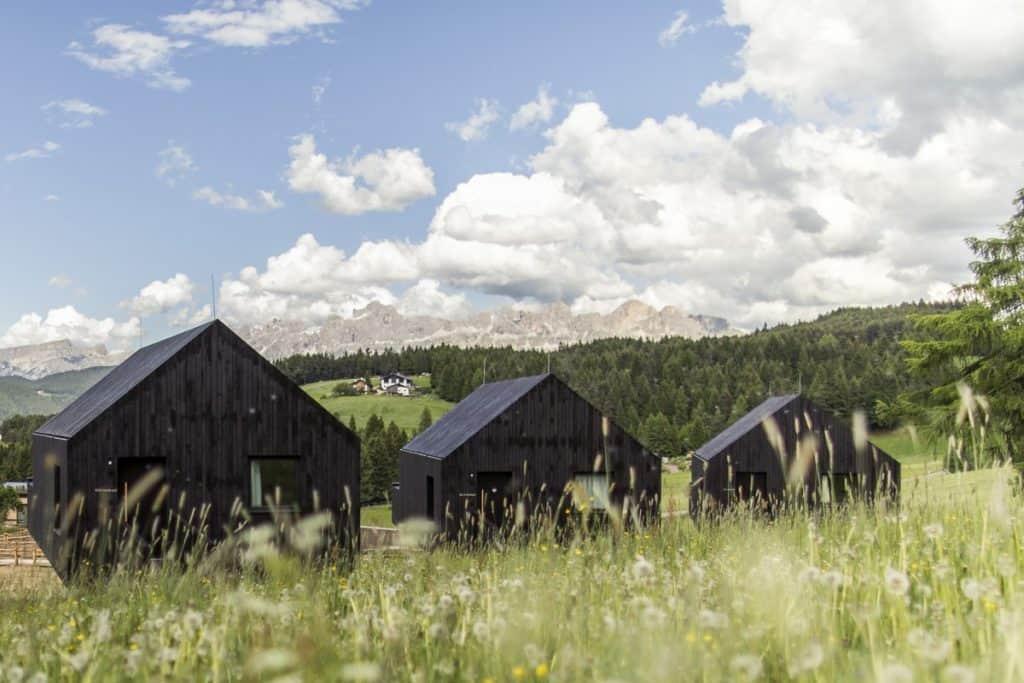 In den exklusiven Waldchalets mit tollem Panoramablick können Paare oder auch Familien privat für sich entspannen.