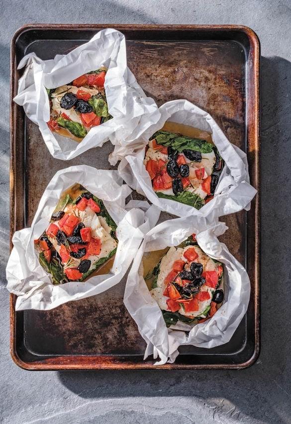 Kabeljau in Papierhülle mit Tomaten, Oliven und Spinat.  Photocredit: Callwey Verlag