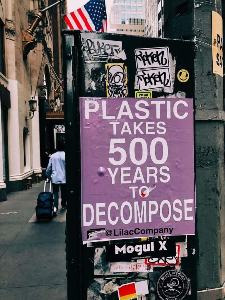 Mikroplastikteilchen aus synthetischer Kleidung tragen massiv zur Verschmutzung der Meere bei.  Photocredit: Jon Tyson on Unsplash